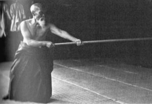 O'Sensei Ueshiba gyakorol